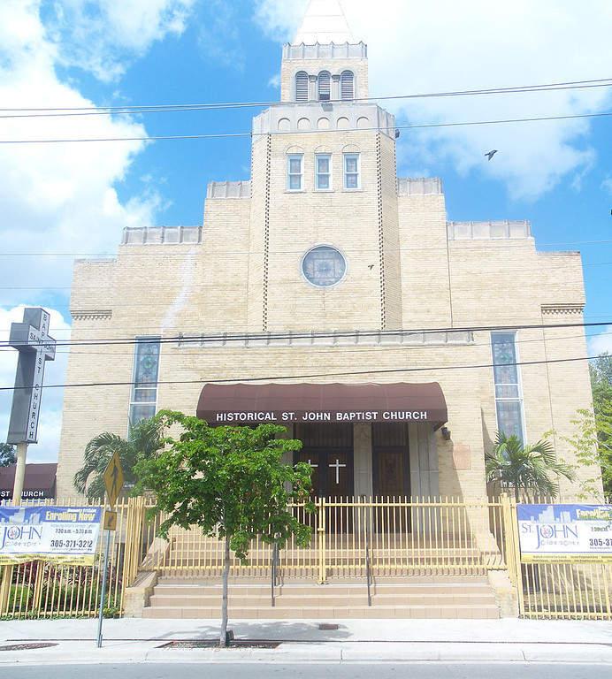 <p>Vista exterior de la Iglesia San Juan el Bautista en Miami</p>