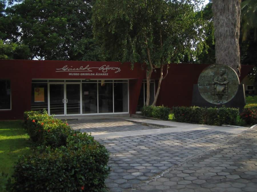 <p>Esplanade at the Griselda Álvarez Museum in Colima</p>