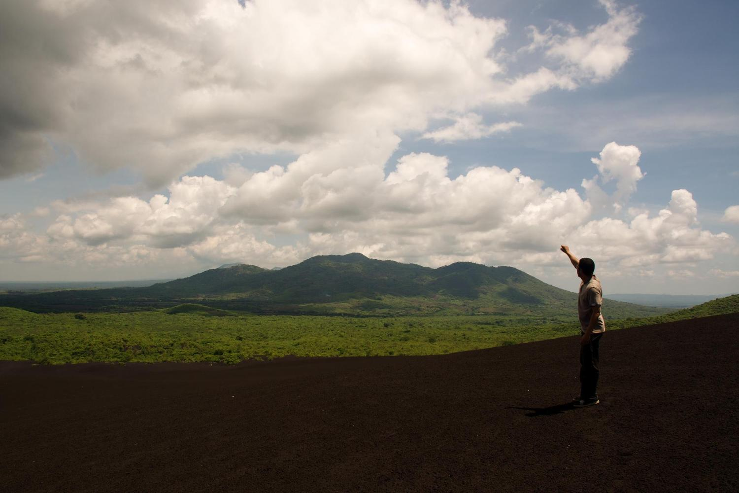 Guide describing the landscapes of Cerro Negro, in northern Nicaragua