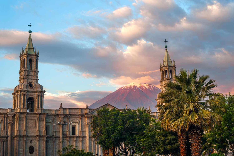 peru-arequipa-volcano-el-misti-overlooks-the-city-arequipa