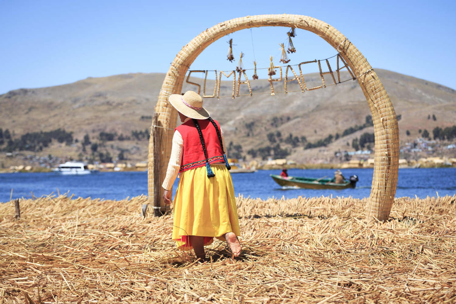 peru-lake-titicaca-unidentified-people-in-traditional-dresses-in-uros-island-puno
