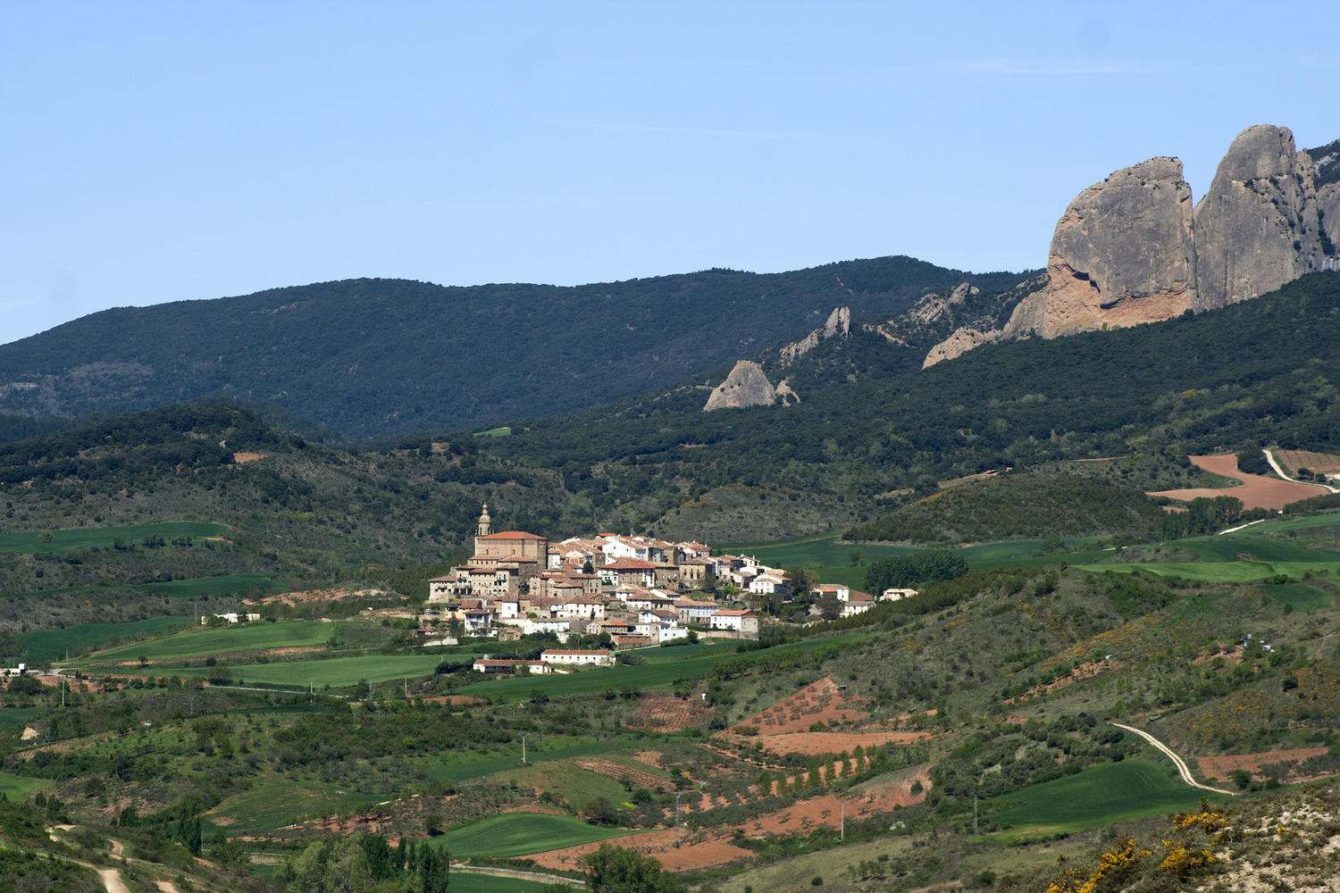 Ahead of us the village of Torralba and the Genevilla pass riight behind it
