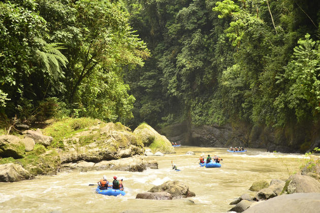 Costa rica pacuare rafting entering the gorge