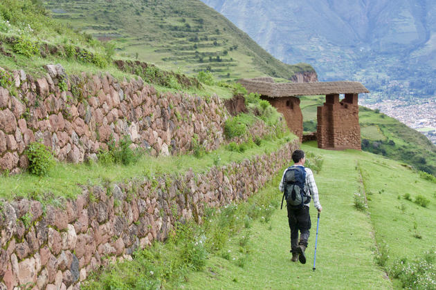 Peru sacred valley huchuyqosco tom approaching entrance
