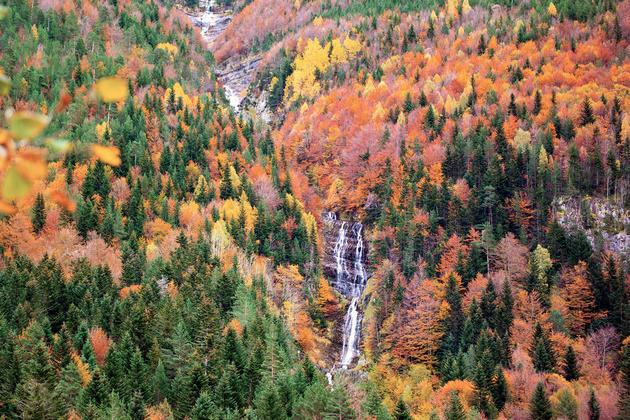 Spain huesca pyrenees ordesa bujaruelo autumn waterfall c lunamarina