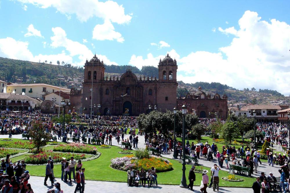 Peru cusco bustling main square20180829 76980 guc18x
