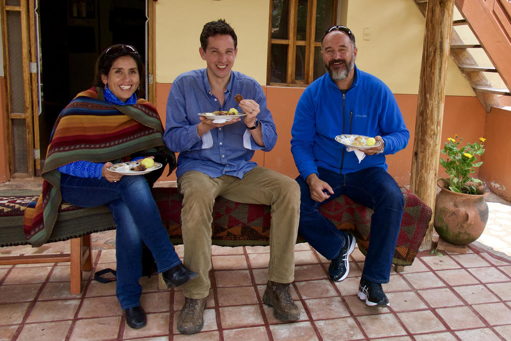 Peru sacred valley chinchero tom pepe gaby lunch at weavers