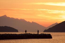 Brazil paraty couple on jetty at sunrise copyright pura aventura thomas power20180829 76980 agkqxv