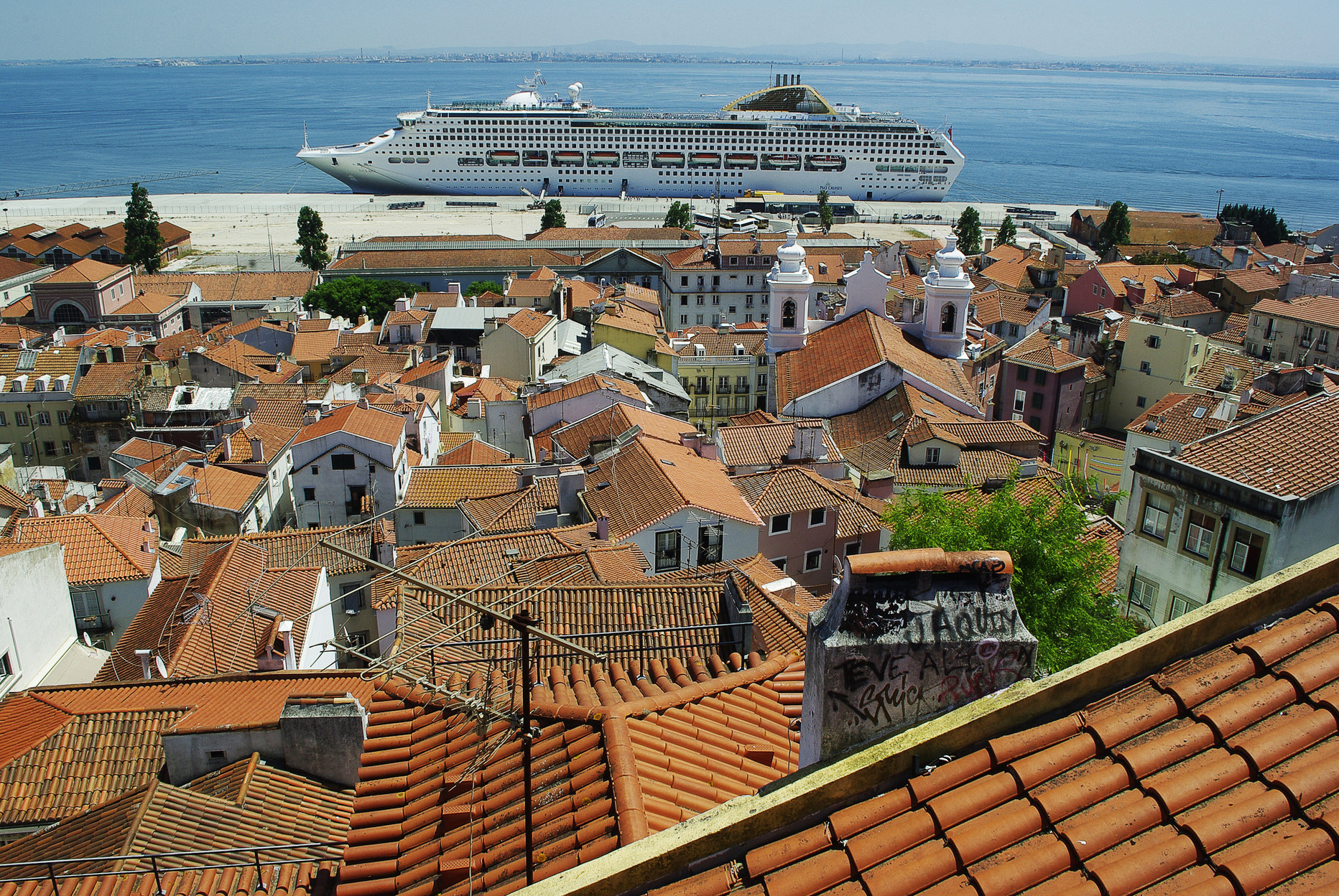 cruise ship in Lisbon overcrowding
