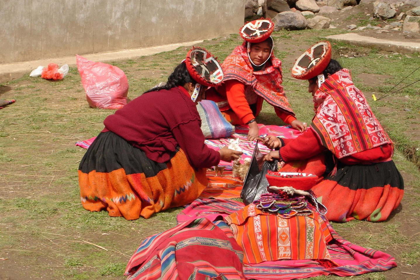 alternative-inca-trail-peru-lares-ladies-weaving-patacancha
