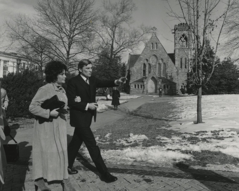 Elizabeth Taylor and husband John Warner walking past the UVA chapel