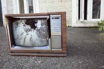 Ya pasamos más tiempo en el móvil que viendo la tele: el desplome del consumo de televisión, en cifras