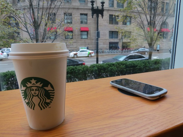 Starbucks y The New York Times distribuyen contenidos gratis en intercambio