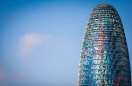 Facebook creará un equipo de 500 personas para luchar contra las fake news desde la Torre Agbar de Barcelona