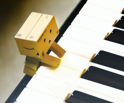 paper robot playing piano yallemedia