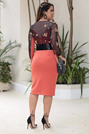 Vestido em malha retilinia com corpo em tule bordado