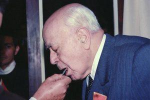 El Dr. Plinio comulgando, en la década de 1980