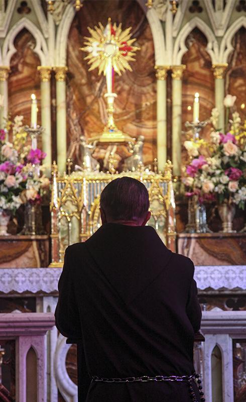Mons. João Scognamiglio Clá Días rezando ante el Santísimo Sacramento expuesto en la basílica de Nuestra Señora del Rosario, Caieiras (Brasil)