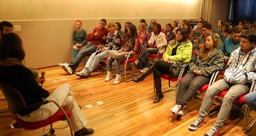 Participantes do Jovens Urbanos e do Programa Educação Profissional da AlfaSol debatem com o diretor do  documentário, Gary Gananian, após exibição do filme  no Centro Ruth Cardoso