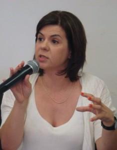 """Paula Louzano: """"com a diminuição  das obrigações impostas às escolas,  o professor consegue atuar com maior  liberdade e autonomia para propor  novas práticas e conteúdos para  seus estudantes"""