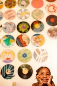 Menina participante do Educação e Cultura em Periferias, ganhador da 9ª Edição do   Prêmio Itaú-Unicef, cuja metodologia se   tornou política pública no Brasil.   Foto: Renato Stockler.