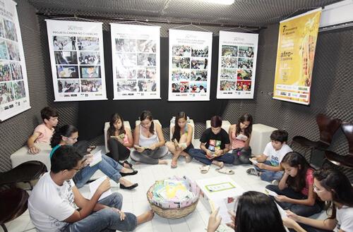 Jovens em atividades do projeto. Foto: Pablo Pinheiro