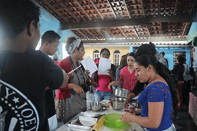"""Jovens durante oficina de gastronomia """"Viagem no Mundo dos Alimentos"""""""