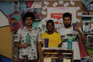 Eles fizeram parceria para produzirem copos personalizados. Com cada unidade vendida a R$ 7, a ideia é angariar fundos para o selo Noventa90