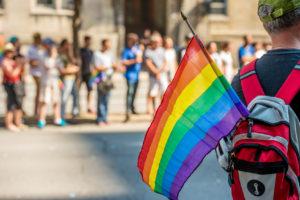homem com bandeira gay