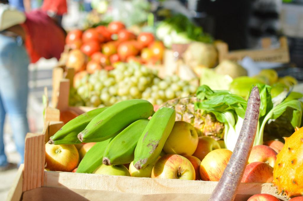 O que comemos, o quanto comemos, por que escolhemos um alimento dentre outras possibilidades? Muitas vezes, não temos liberdade de escolha sequer para decidir o que vai parar nos nossos pratos, pois são práticas determinadas socialmente.