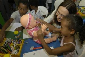 Mulher e criança brincando de boneca
