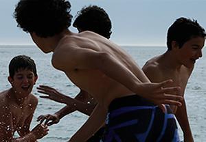 crianças brincando praia