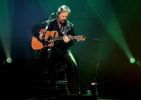 Press Release: Travis Tritt: A Man and His Guitar to Air on PBS Stations Across the Country This Month