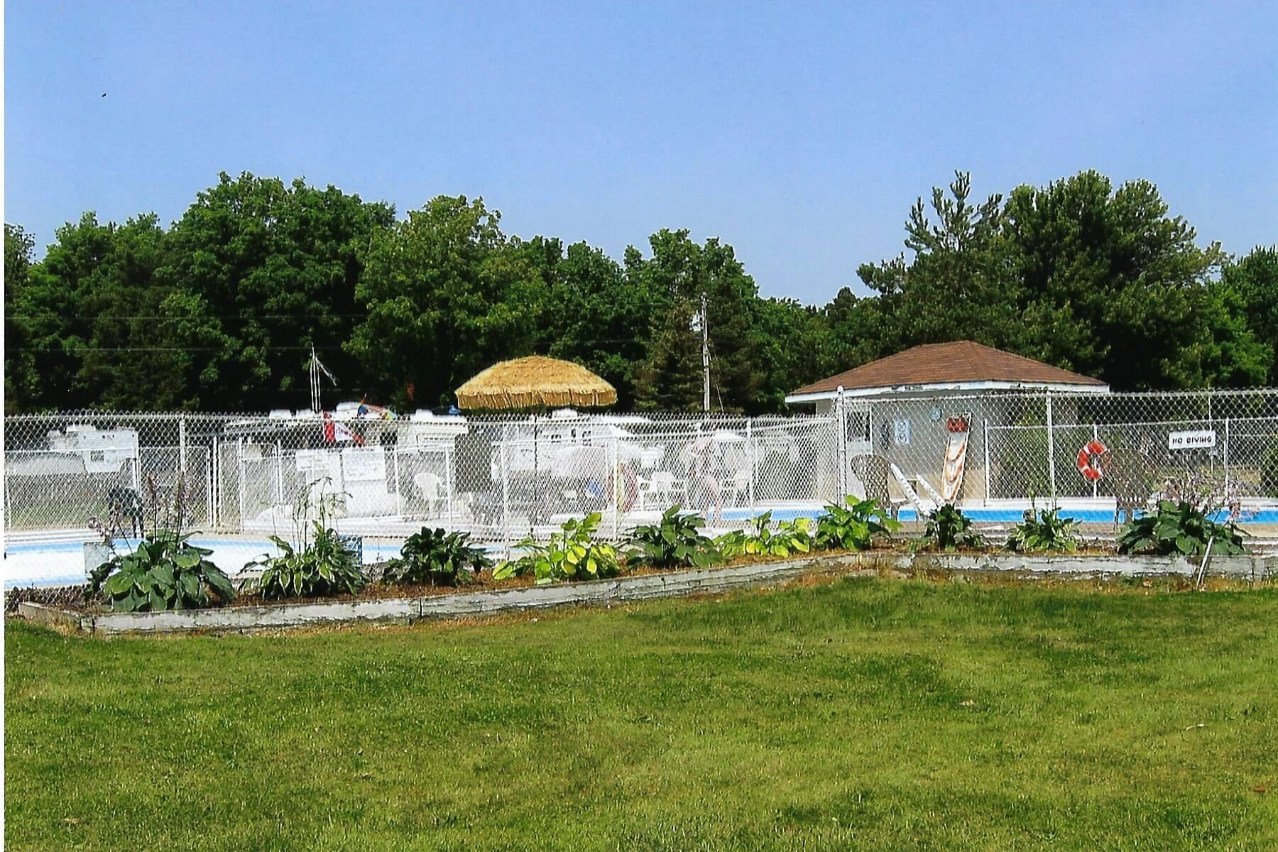 Mb2582 x c the pool garden 1 1