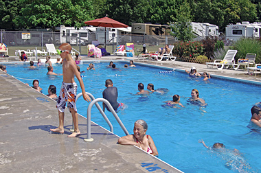 Mb2190 1 swimmingpool 0188 380x252 85