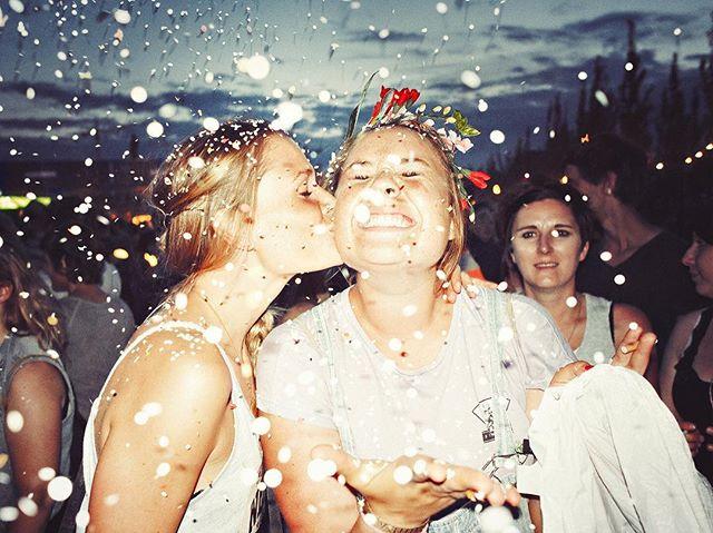 liebe photography dusk msdockville spreadlove konfetti festival girls confetti hamburg wilhelmsburg love dockville