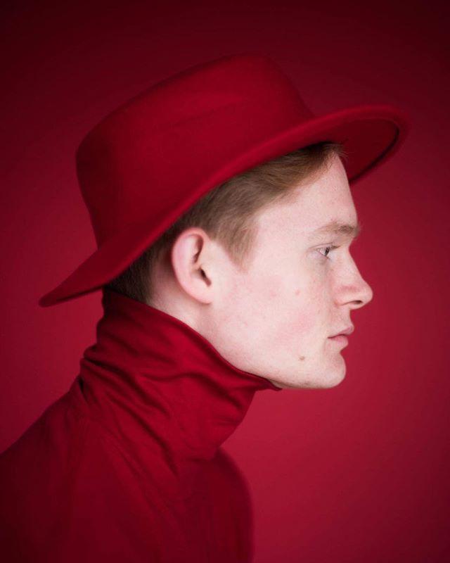 portrait red onecolor pianist redonred malemodel photography studioportrait musician
