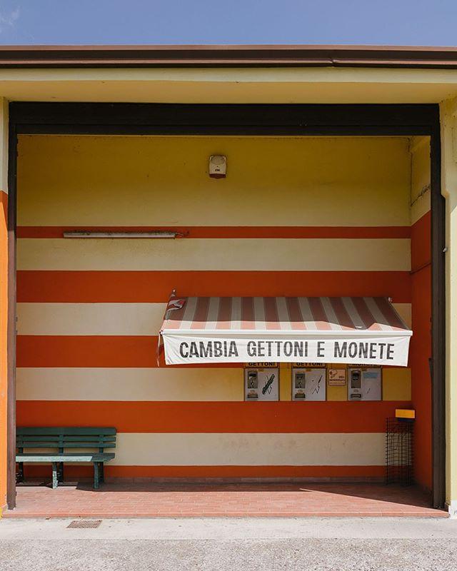 autowäsche geld architekturfotografie italia money bluesky architektur cieloblu archittetura monete italien carwash waschanlage lavaggio italy automat architecture architecturephotography