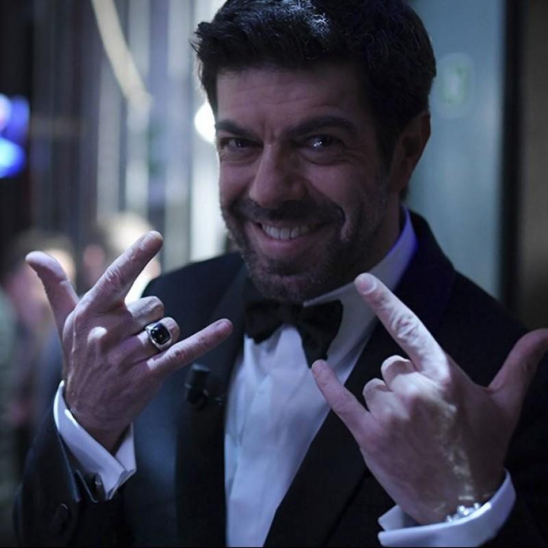 Pierfrancesco Favino dona l'anello indossato al 68° Festival di Sanremo