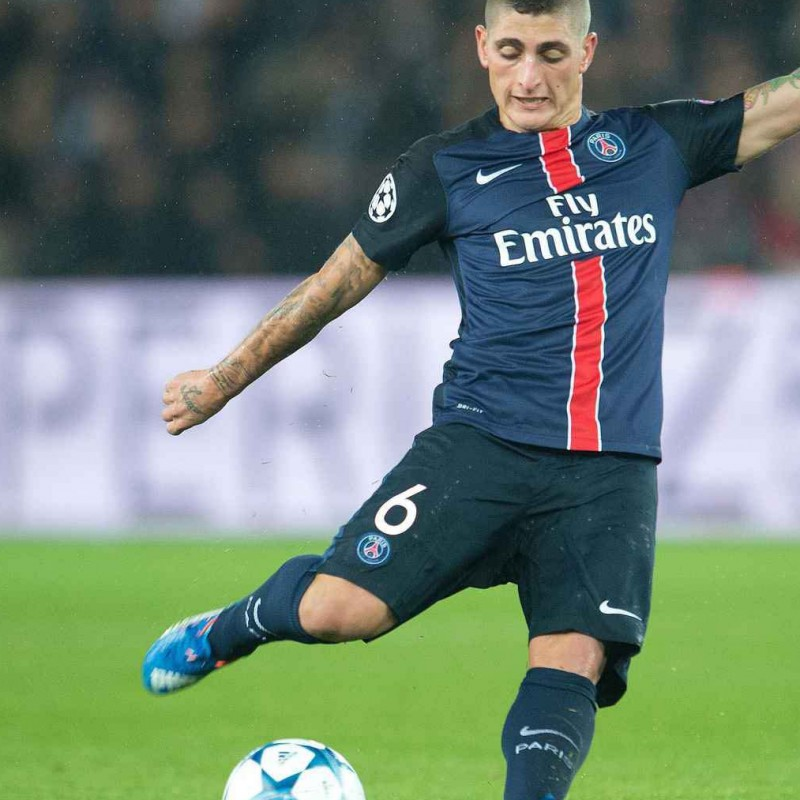Marco Verratti signe personnellement le maillot officiel du Paris Saint Germain