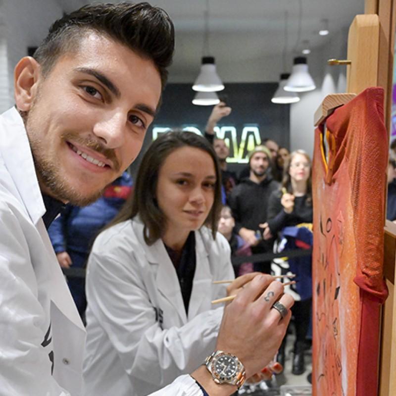Maglia home AS Roma dipinta da Pellegrini, Bonfantini e Serturini guidati da Lady Nina - Evento Art Sport Roma
