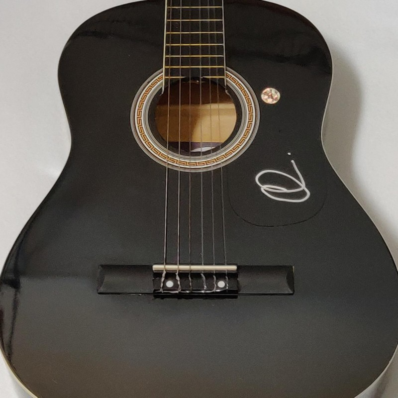 Chitarra acustica autografata da Adam Levine
