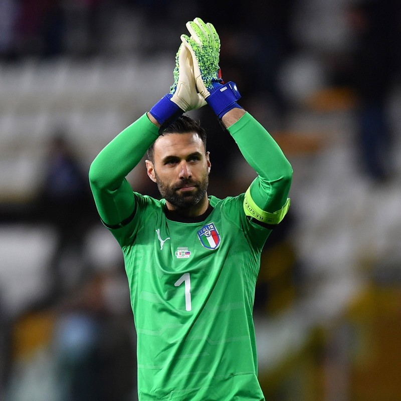 Sirigu's Italy Match Kit - Gloves + Shirt