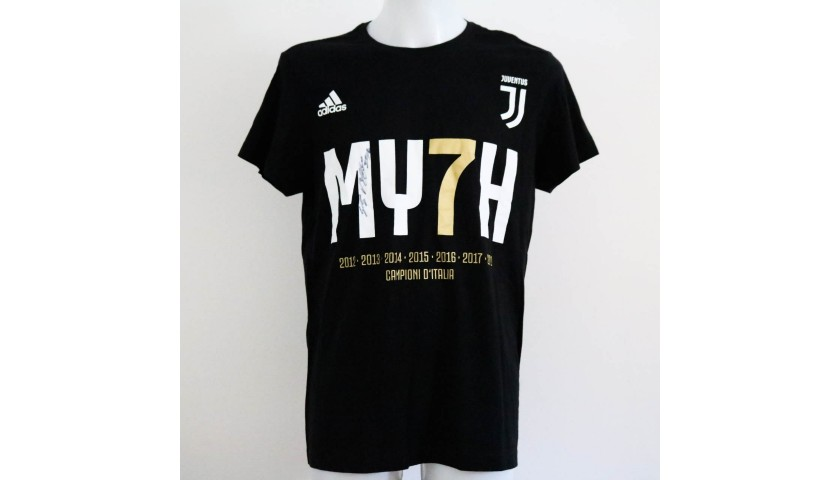 new styles 40e9e d10a0 Juventus Scudetto #MY7H T-Shirt - Signed by Gigi Buffon - CharityStars