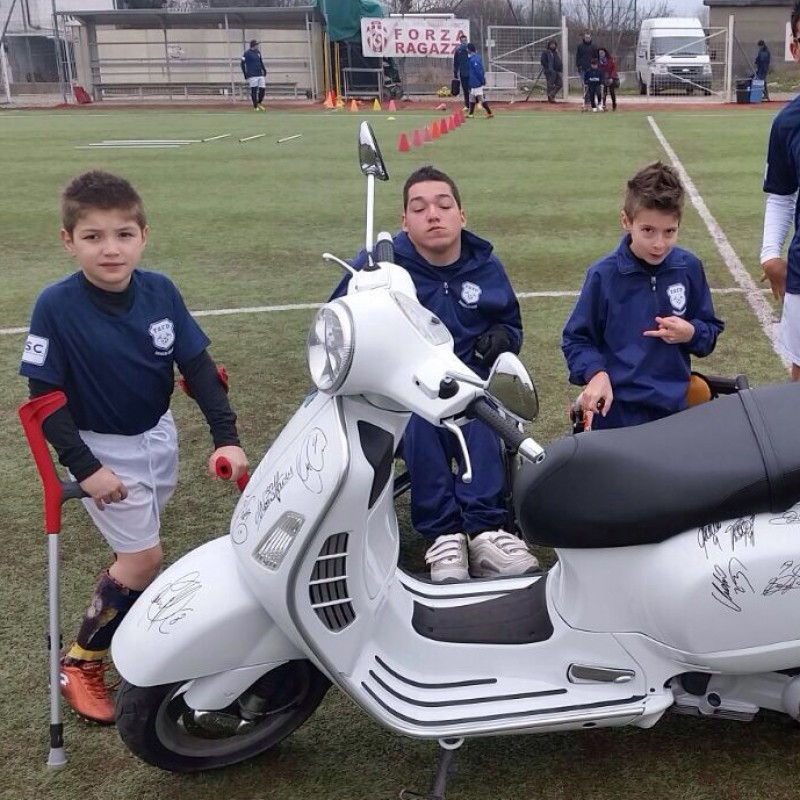 "Giorgio Chiellini gives you a ""Vespa GTS 125"" signed by Juventus players"