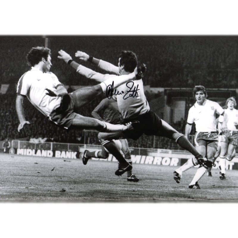 Photograph Signed by Champion Dino Zoff