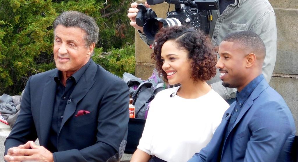 Sylvester Stallone, Tessa Thompson y Michael B Jordan promocionando Creed en el Philadelphia Art Museum