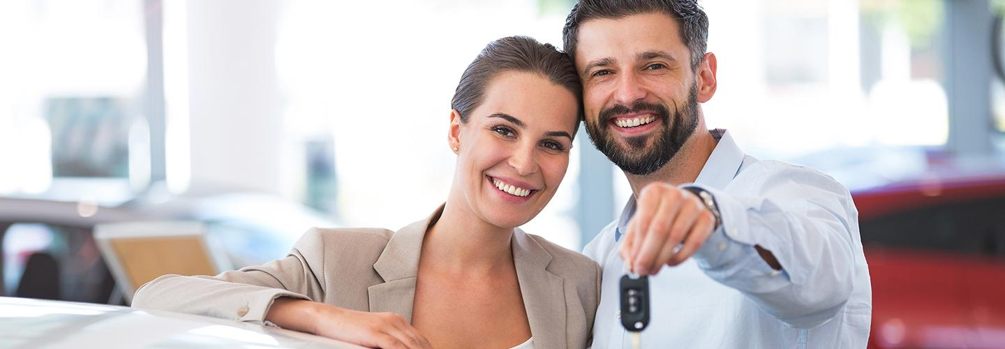 A couple holding the keys to their new Acura from Spitzer McMurray