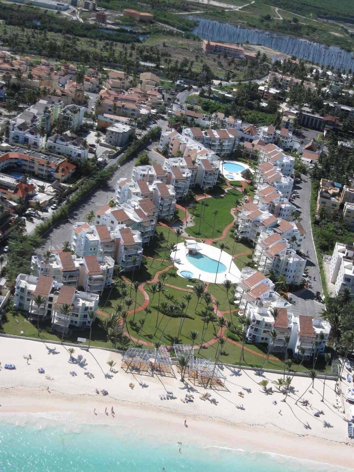 3 Habitaciones y 3 Baños Frente Océano.  El exclusivo resort Playa Turquesa Ocean Club conformado por 190 apartamentos de uno, dos y tres dormitorios divididos en 16 edificios de cuatro pisos con vista a la playa. Equipados con todas las comodidades, amplios y luminosos, los apartamentos pueden tener vista océano u a la piscina. Aire acondicionado en cada habitación y acabados de calidad con grandes terrazas para relajarse en cualquier momento del día. Ascensores en cada edificio y estacionamientos asignados.  El proyecto cuenta con dos piscinas para adultos, dos para niños, un bar con piscina y un Beach Club en una playa de arena blanca, con un restaurante y tumbonas para completar la oferta durante su estancia. En detalle: •Recepcion / Conserje •Seguridad 24 horas •Mantenimiento general •Tratamiento de agua con osmosis inversa •Zona comercial: tiendas, farmacia, supermercado y restaurantes •Titulos de propiedad disponibles - Financiación - Exenciones fiscales hasta 2024  A parte, estan disponibles: •Conexion a Internet •Excursiones •Servicio de limpieza •Transporte  Bavaro _ Punta Cana área está suplida por dos aeropuertos internacionales: Punta Cana (18 km) Y La Romana (80 km), lo que la hace accesible para cualquier parte del mundo.