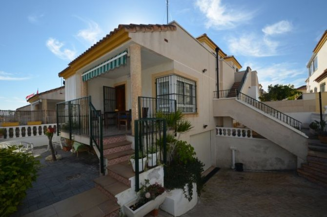 Detached 3 bedroom villa with large underbuild/garage